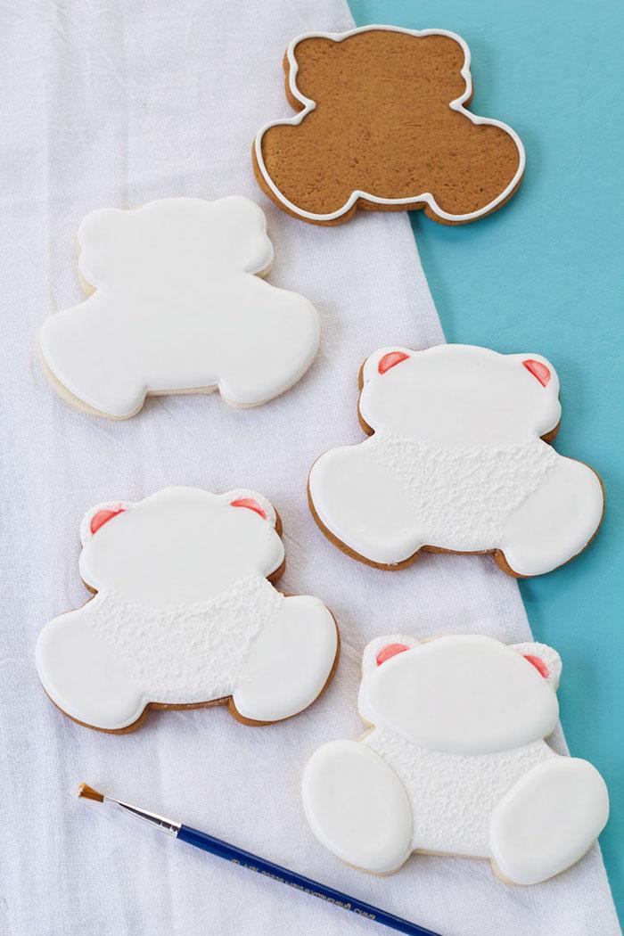 Weihnachtskekse in Form von Eisbärchen zum Ausstechen, mit weißer Glasur dekorieren