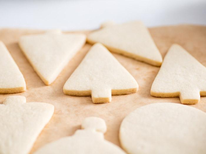 Weihnachtsplätzchen ausstechen, backen und mit Glasur dekorieren, leichte Rezepte für leckere Kekse