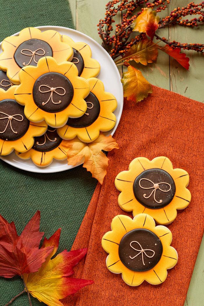 Sonnenblumen Plätzchen selber backen und mit Zuckerguss dekorieren, schöne Ideen zum Nachmachen
