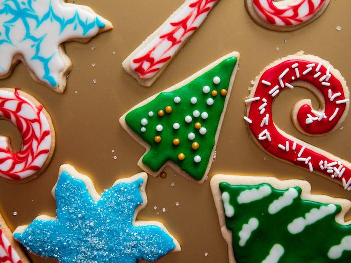 Weihnachtsplätzchen mit Zuckerguss und Zuckerperlen dekorieren, verschiedene Figuren zum Aussetchen