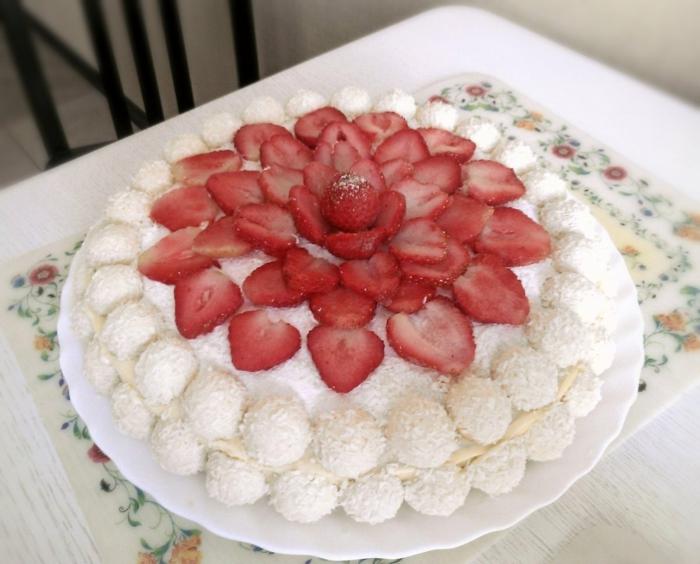 Raffaello Erdbeertorte, eine Blume aus Erdbeeren und zwei Schichten von Raffaello