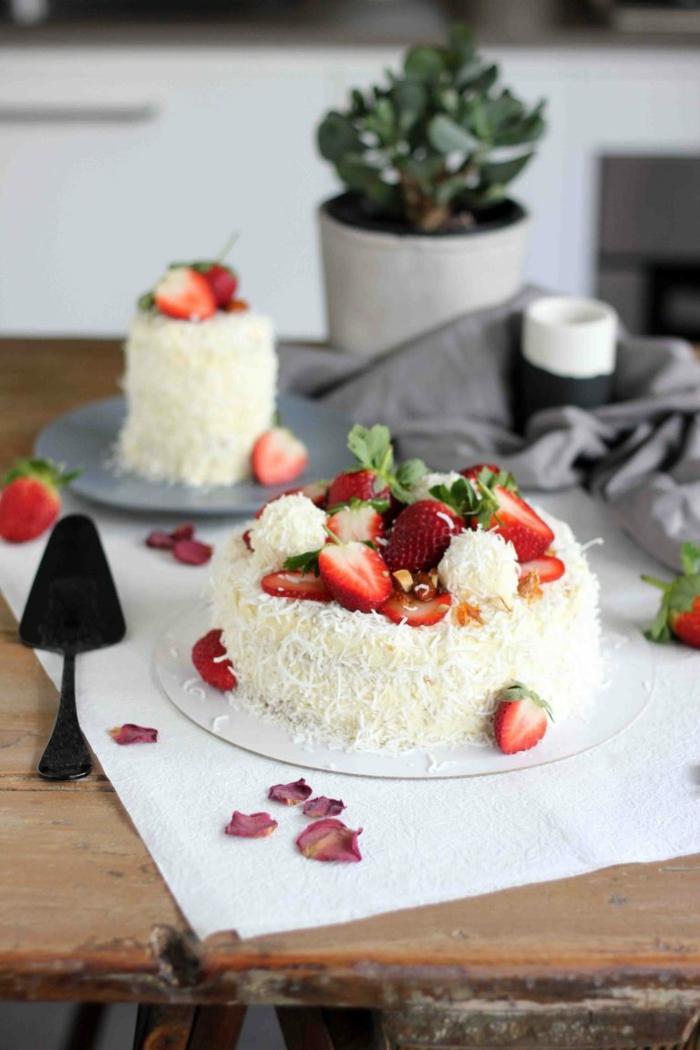 eine kleine weiße Torte mit Erdbeeren und Pralinen, Raffaello Torte zum Selbermachen