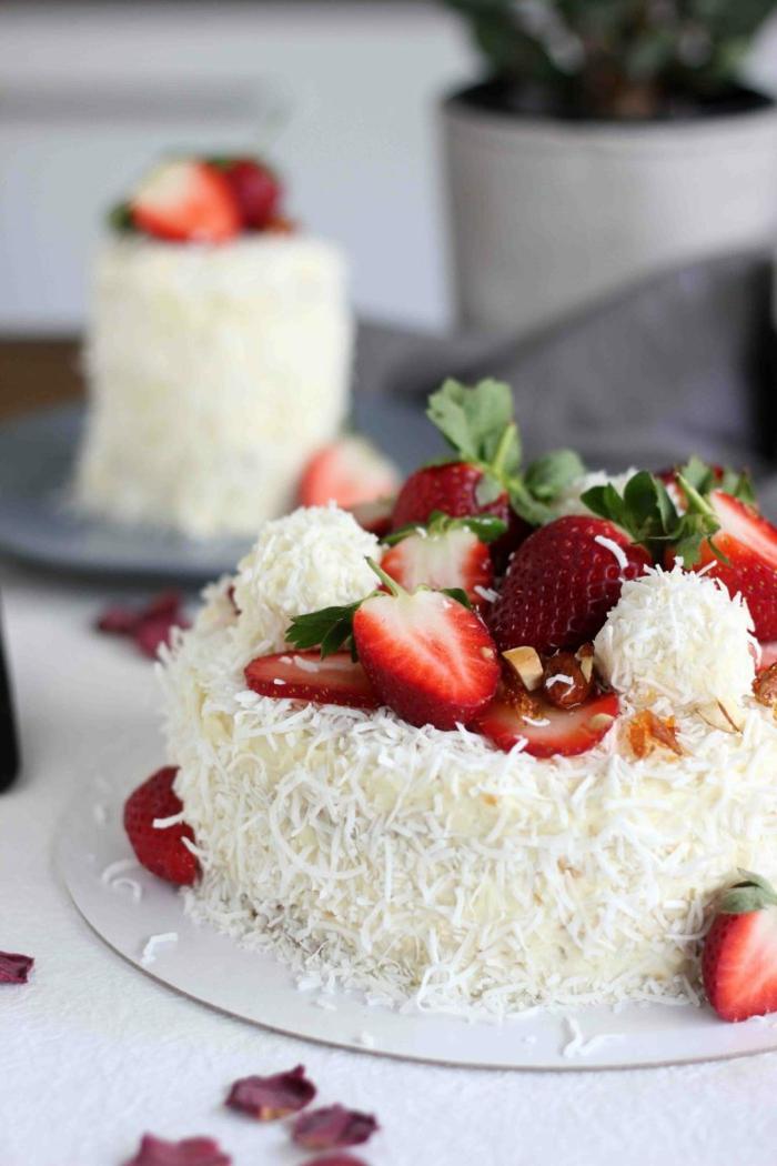 ein niedliche Raffaello Torte mit Erdbeeren und Kokosraspeln, seiht wie eine Praline aus