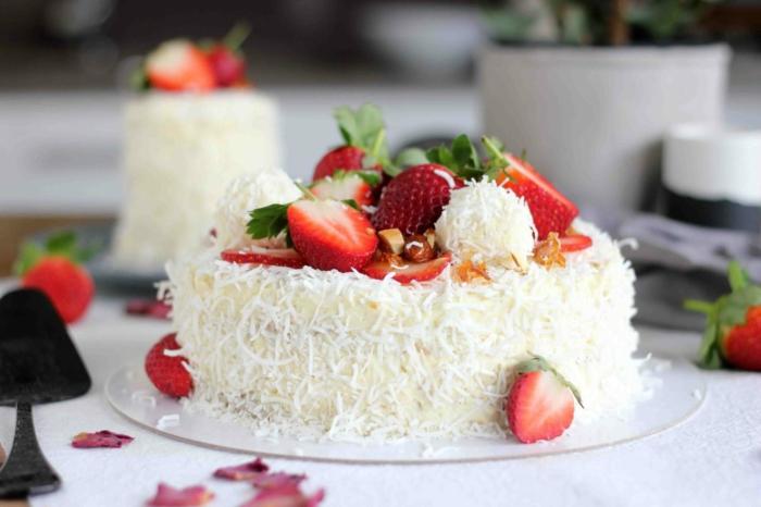 viele Erdbeere, weiße Creme, grüne Blättern, eine kleine Raffaello Torte zum Nachtisch