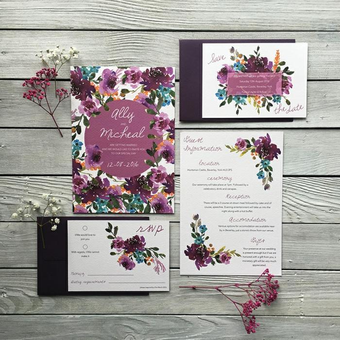 lila Einladungen mit kleinen Blümchen, schöne Einladungskarten in weißer Farbe und in lila verzieren