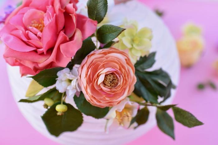 die Seidenblumen, die als Dekoration dienen, damit Sie Lampion basteln und verzieren