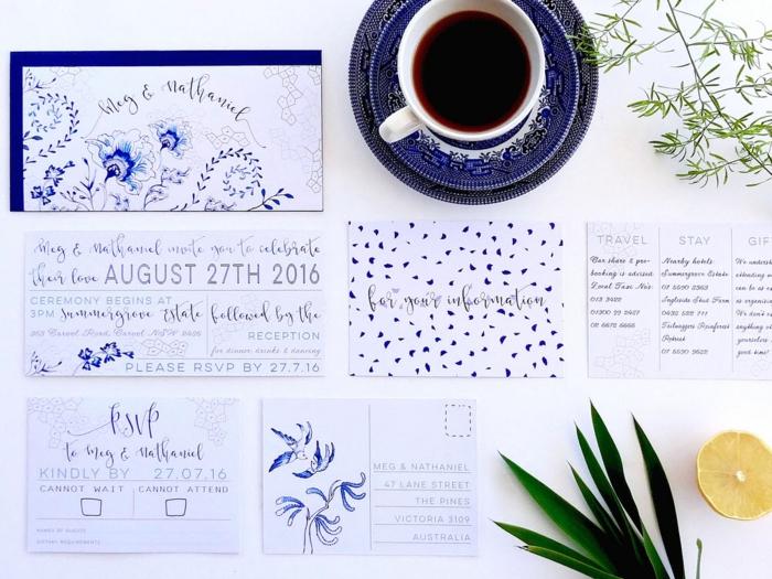 einige blaue Einladungskarten, Einladungskarte drucken, verschiedene Blumen als Dekoration