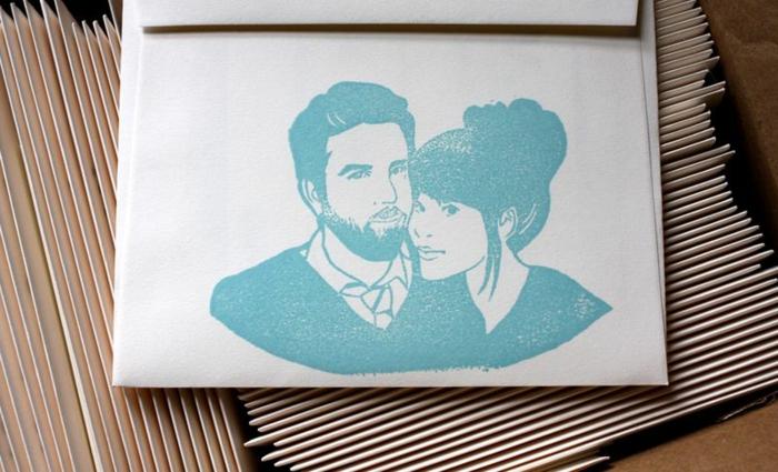 ein blaues Foto vom Brautpaar auf weißem Hintergrund, Einladungskarten drucken zur Hochzeit