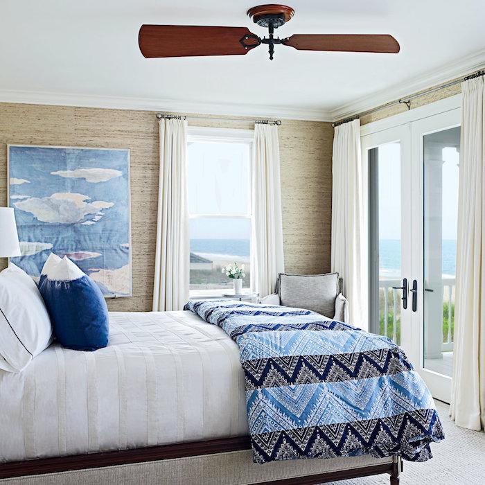 Das Schlafzimmer optisch größer wirken lassen, sich auf eine kühle und helle Farbpalette beschränken
