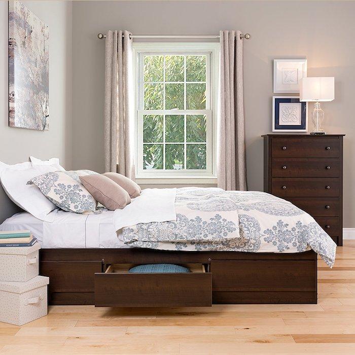 Bett mit Stauraum und helle Wandfarbe, das Schlafzimmer praktisch und platzsparend gestalten