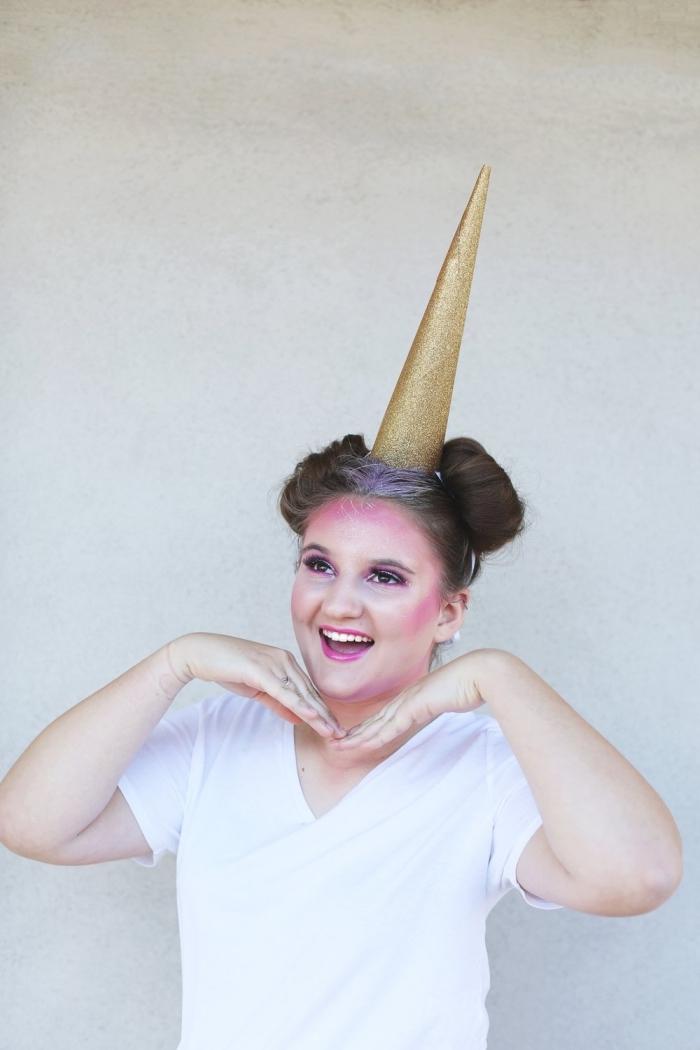 schminknn einhorn ideen, einfaches make up in rosa und weiß, goldener horn, halloween frauen