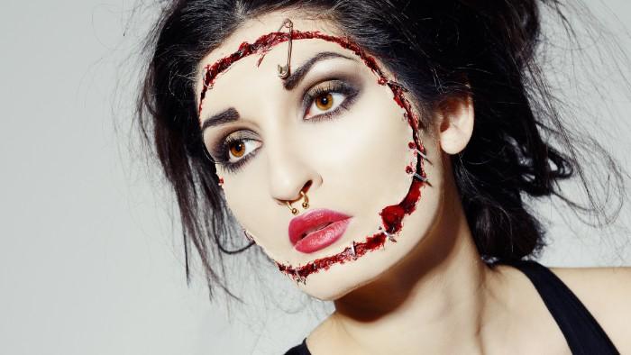einfache halloween kostüme, eine freak, emo style schminke für damen, rot, wunde