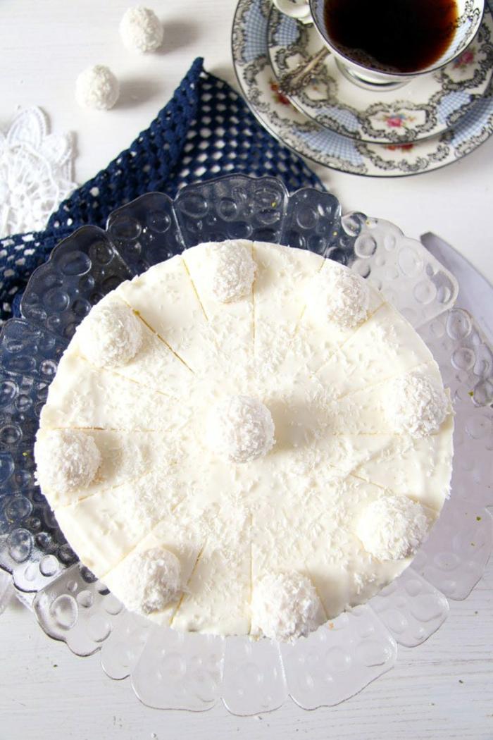 eine kleine Torte für Gäste zu Kaffee, schneeweiße Glasur, neun Raffallo Pralinen, Tortenrezepte