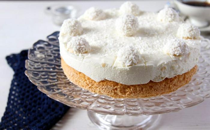 einfache Tortenrezepte, kleine Torte mit weißer Glasur und Kokosraspeln, Zitronenteig