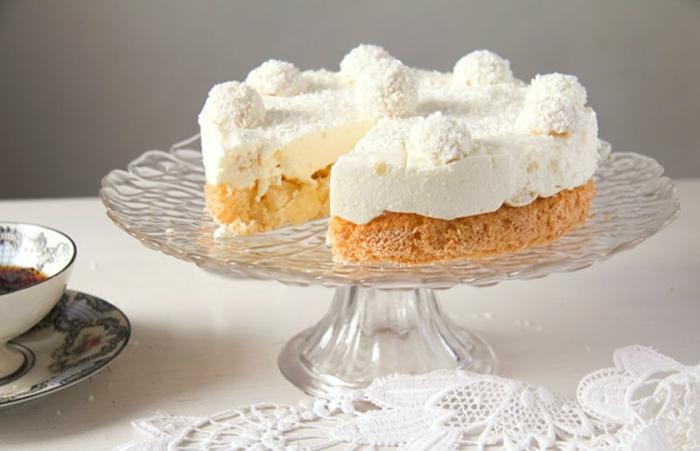 Zitronenteig, weiße Creme und kleine weiße Pralinen, Tortenrezepte zu dem Kaffee