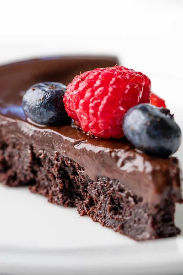 schneller schokokuchen garniert mit blaubeeren und himbeeren, torte selber machen
