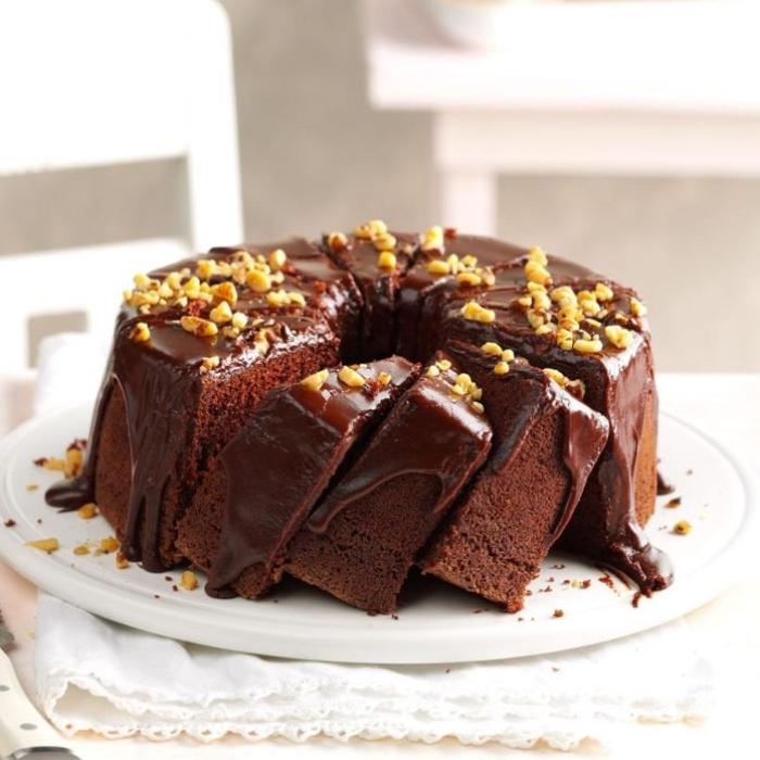 schneller schokokuchen, runder kuchen mit kakao und nüssen, nachtisch rezepte