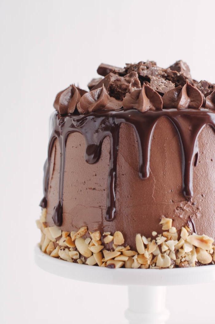 schneller schokokuchen, torte mit pralinen und erdnüssen, geburtstagstorte selber machen
