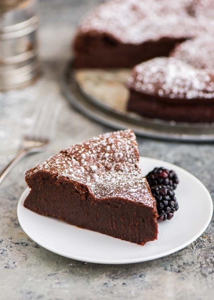 schoko rührkuchen, dessert rezepte, nachtisch mit schokolade garniert mit brombeeren