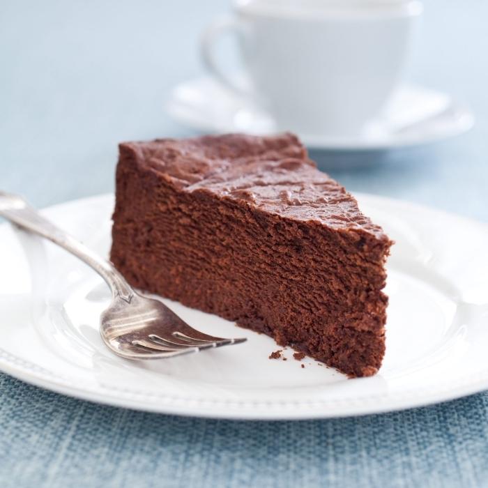 schneller nachtisch, schoko rührkuchen, stück kuchen mit schokolade, weißer teller