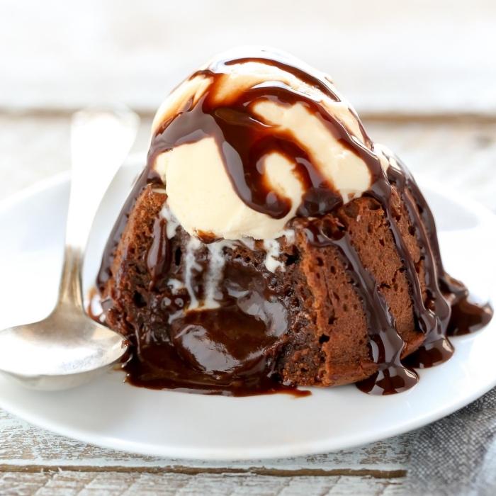 schokokuchen mit kakao, dessert ideen, lava torte mit eiscreme und schooaldensoße