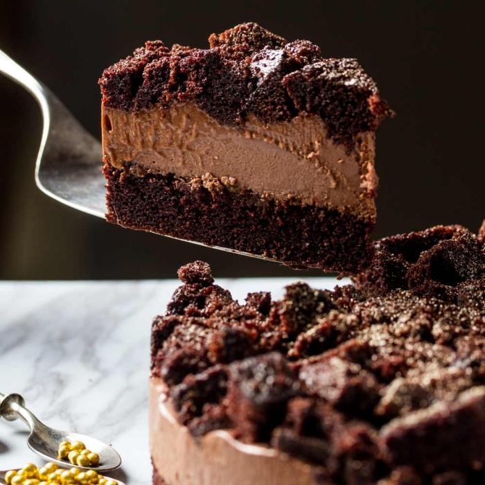 schokokuchen rezept einfach und schnell, stück torte, torte mit butterkeksen und schokoaldensahne