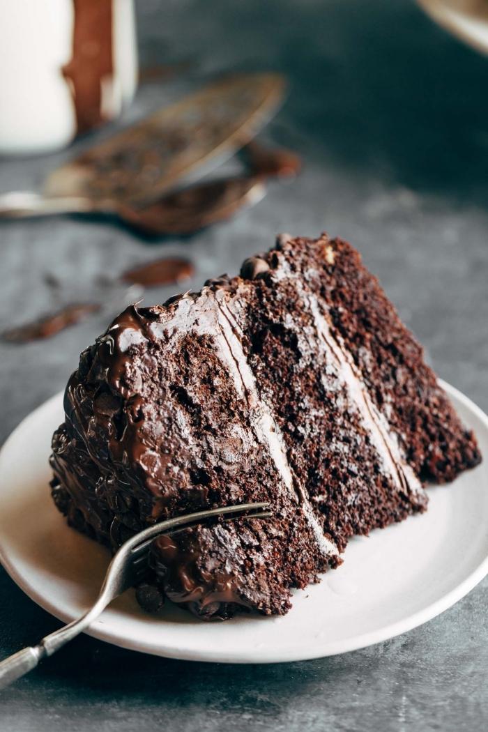 schokokuchen rezept einfach und schnell, weißer teller, stück torte mit schokolade