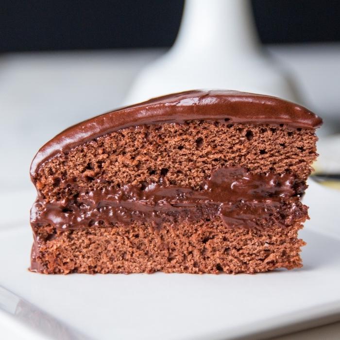 schokoladen ganache zubeireten, schokokuchen rezept einfach und schnell, torte mit schokolade