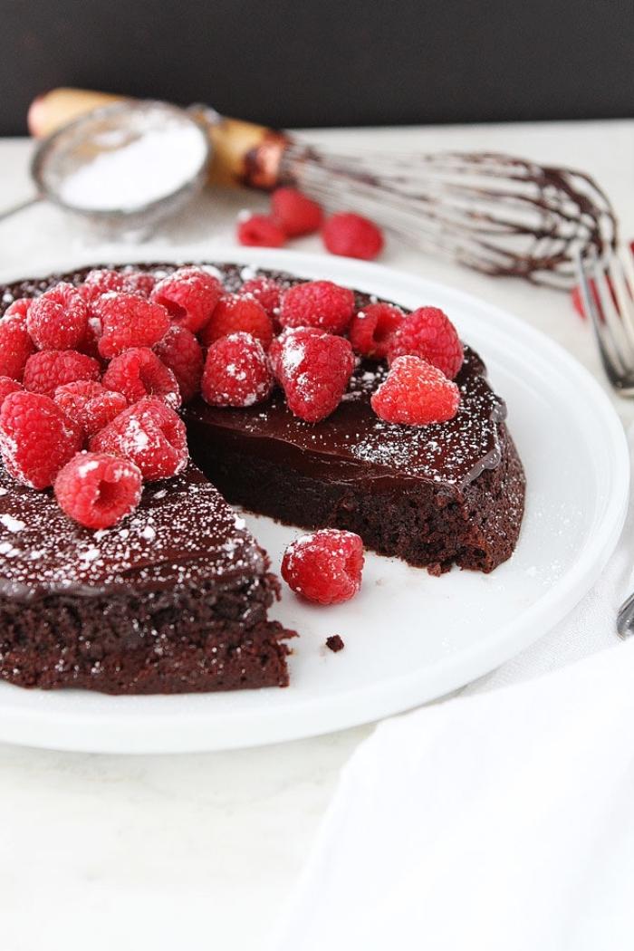 schokokuchen saftig, torte selber machen, schokoladenkuchen mit himbeeren