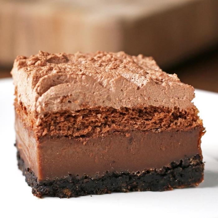 schokoladenkuchen saftig, verschiedene schichten, tortenboden aus keksen, schokoladensahne