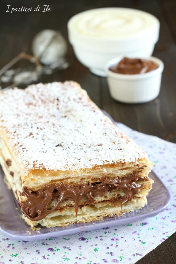 ein Kuchen mit Schokoladenfüllung, mit Kokosraspeln bestreut, Kokos Torte
