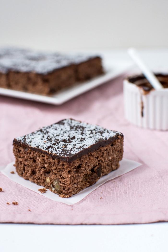 schokoladenkuchen rezept eindach, stück kuchen mit schokoalde und kokosstreuseln