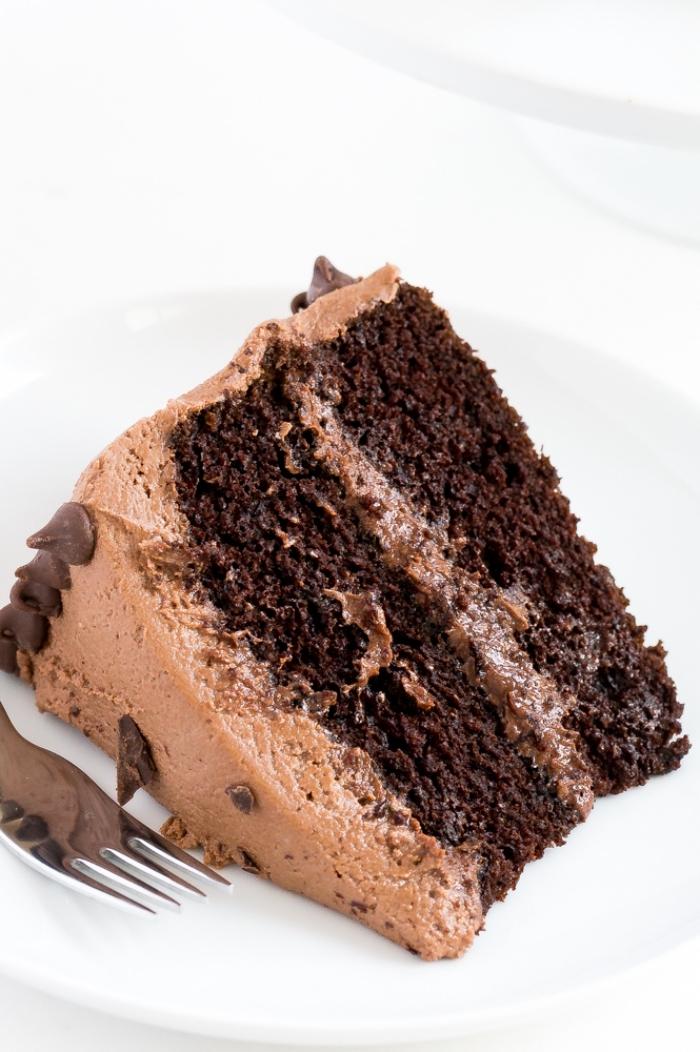 schokoladenkuchen rezept einfach, torte mit tortenboden mit kakao und schokoladensahne