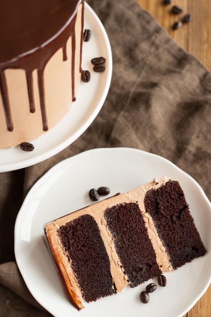 schokoladenkuchen rezept einfach, torte mit tortenboden mit kakao, schlagsahne mit kaffee, schokoladen ganache