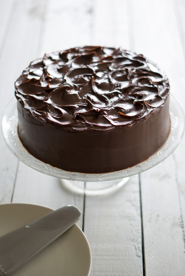torte mit schokoalde bestreichen, schokoladenkuchen rezept einfach, tortenständer aus glas