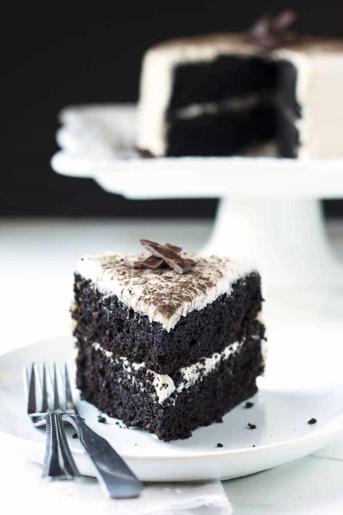 torte mit oreo keksen, schokoladenkuchen rezept einfach, weißer teller, zwei gabel