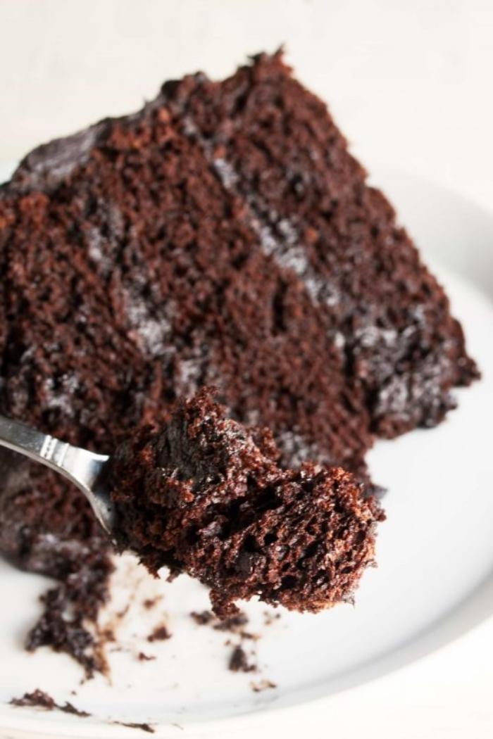 schokoladenkuchen saftig, stück torte mit schokolade, tortenboden mit kakao, rezept