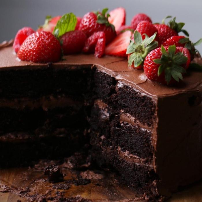 schokoladenkuchen saftig, torte mit früchten, schokoladentorte garniert mit erdbeeren