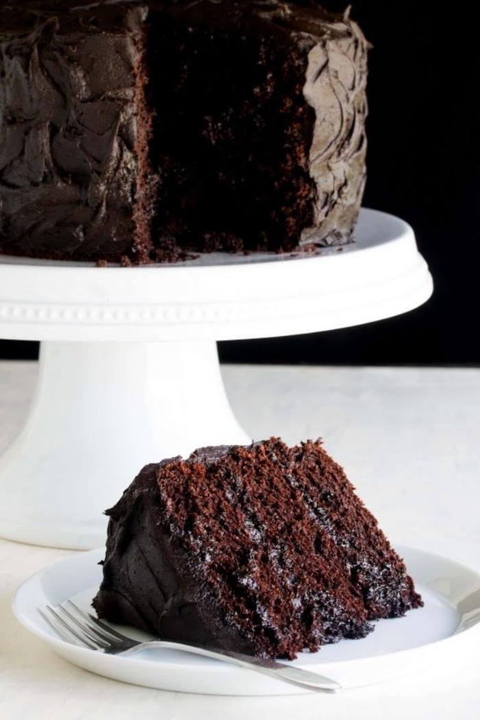 schokoladenkuchen saftig, weißer tortenständer, torte mit schokoalde, geburtstagskuchen