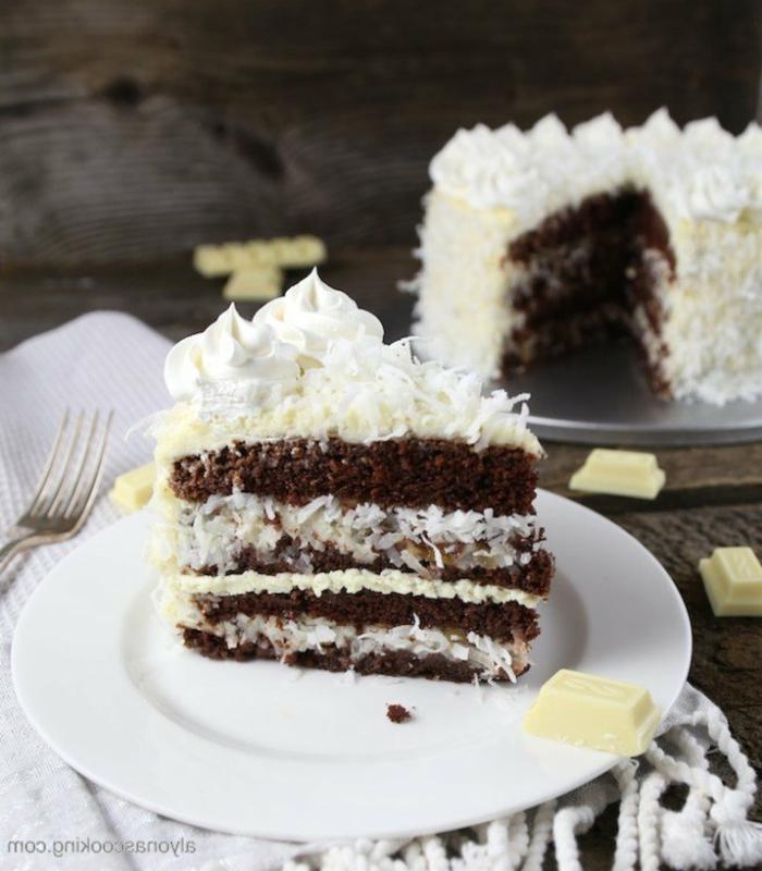 eine Torte mit Schokoladenboden, Kokosraspeln in der Mitte, Glasur aus weißer Schokolade, Tortenrezepte
