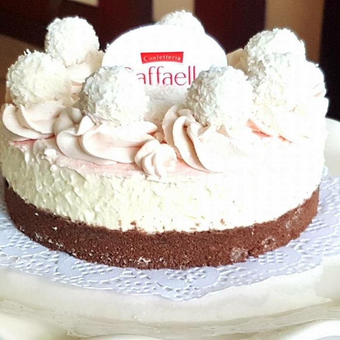 eine Torte mit rosa Creme, Schokoladentorte und Kokostorte mit dem Zeichen von Raffaello