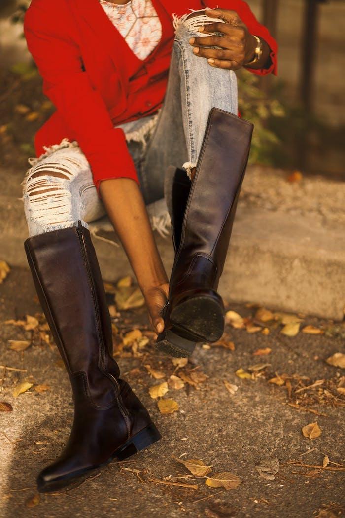 Warme Damenstiefel für den Winter, jeans und roter Blazer