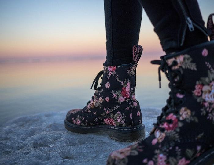 Sneaker statt Pumps, schwarze Sneaker mit Blumenmuster