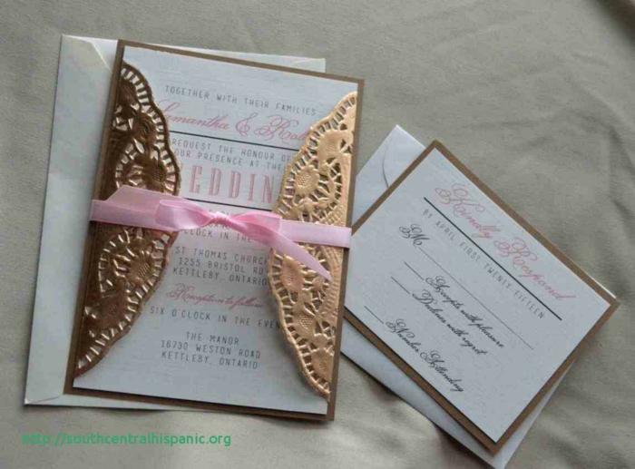 goldene Spitze auf der Einladungskarte, eine rosa Schleife und rosa Aufschrift, Einladungskarten drucken