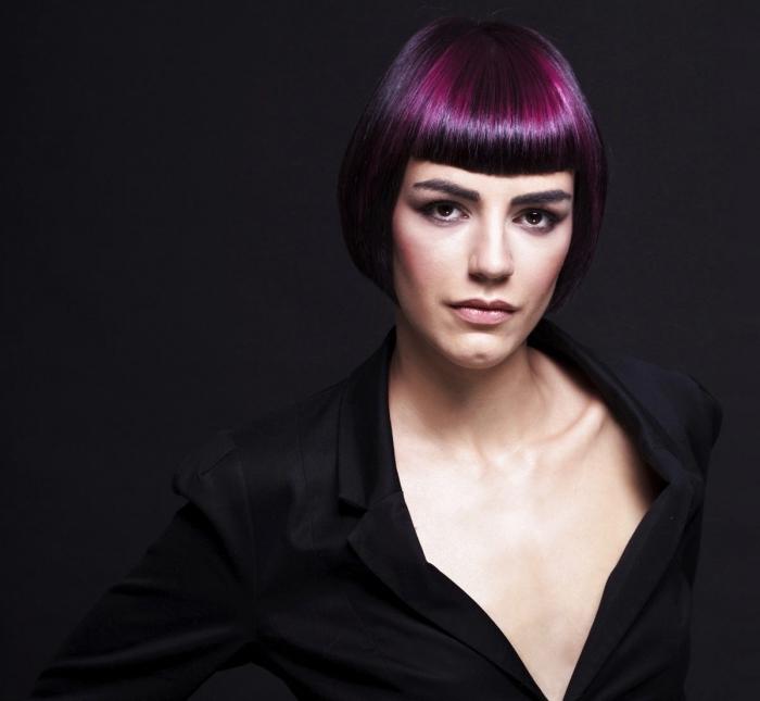 dunkel lila haare, pagenschnitt, kurze haarstile, große decollete, schminktipps für models