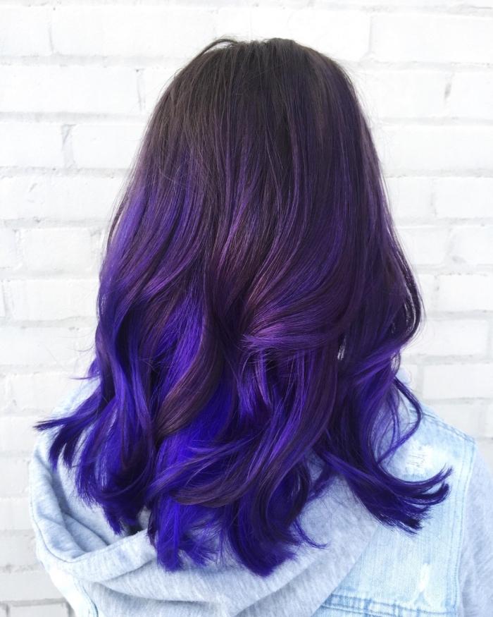 blaue haare mit lila schattierungen, langes haar bei einer frau, dunkle ansätze, balayage blau