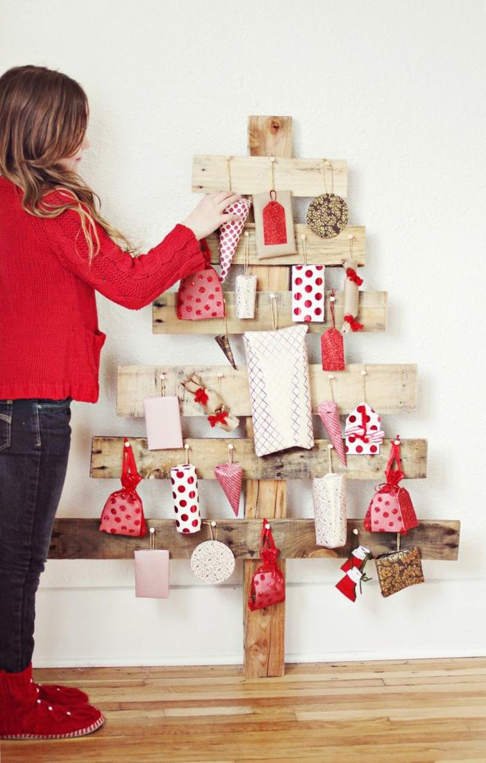 ein Tannenbaum Figur aus Bretten, Tütten in verschiedener Form und Größe, DIY Weihnachtkalender