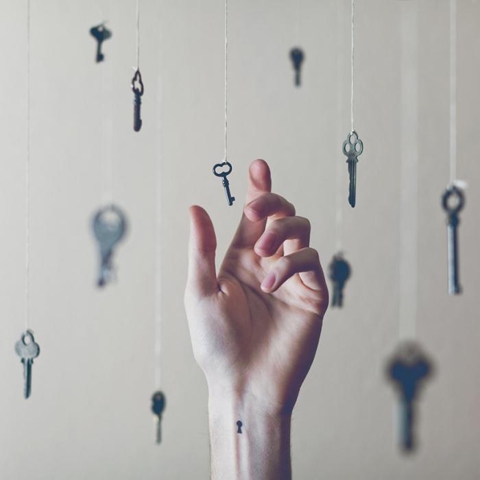 tattoo bilder mit schlüssel, viele schlüsselmodelle auf einmal, eine hand mit kleinem schlüsseltattoo