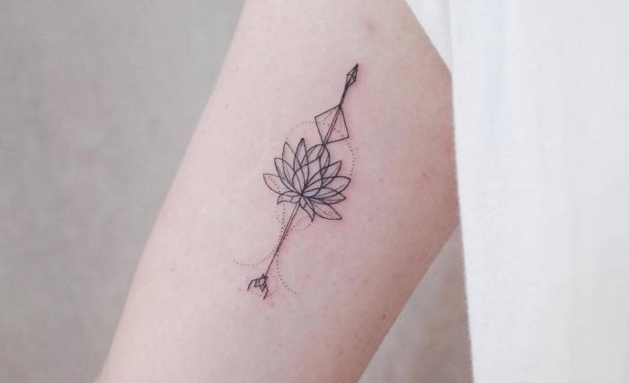 tattoos für frauen, eine lilie die für die yogis große bedeutung hat, harmonie, balance, einklang