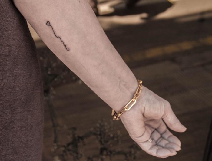 kleine tattoos ideen dezent, herzchen tattoos, goldenes armband, tattoo männer